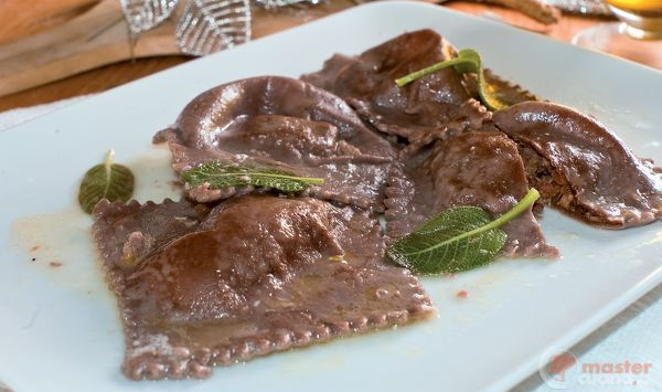 Ravioli al cacao ripieni di cinghiale stufato