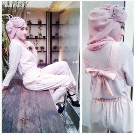 Gaya baju terusan ini tampak cantik dengan warna pink lembut dan pita di bagian punggung.