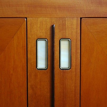 Glas en messing details in Schuitema dressoir Armstrong. Laatste kans om een Schuitema meubel te bemachtigen bij artdecowebwinkel.com. EEN COLLECTOR'S ITEM!