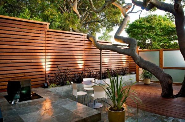 En las casas modernas se han impuesto unas nuevas cercas, las de madera horizontales con detalles naturales. Una opción que hasta puede dar sensación de amplitud.