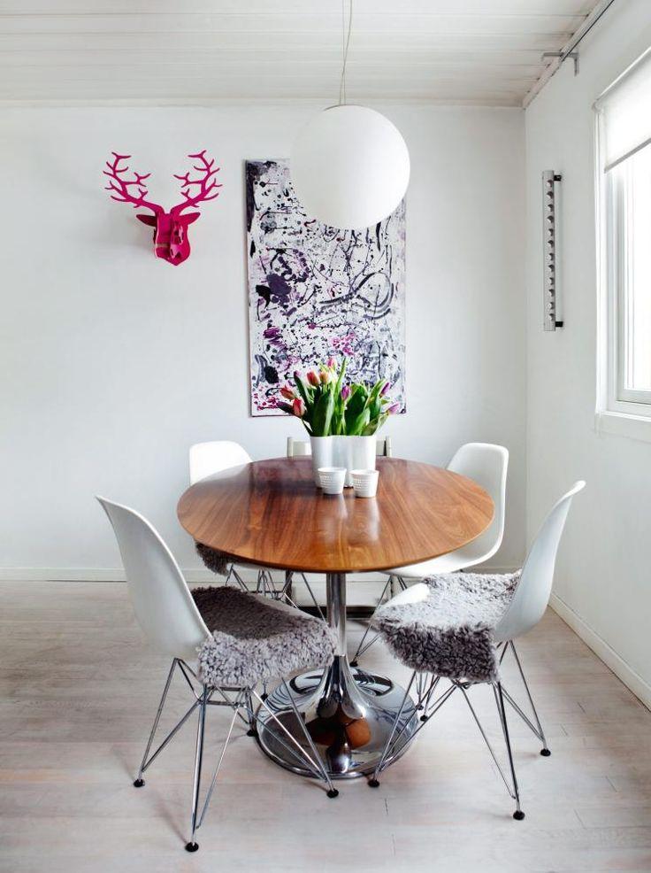 hyggelig spisekrok p kj kken bildet p veggen er hjemmelaget vinstativ fra rosendahl lampe. Black Bedroom Furniture Sets. Home Design Ideas