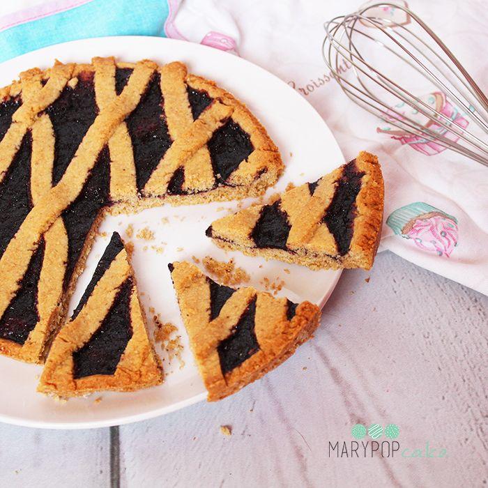 Crostata integrale con marmellata bio.  Pastry cake.