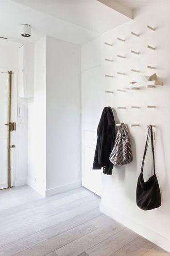 一見すると、こういったデザインの壁?とも思えますが、実はフックをたくさんつけた面白いアイデア。思わずバッグや服をさげたくなる楽しい空間です。