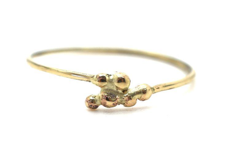 Handgemaakte en fairtrade fijne dunne gouden ring met balletjes