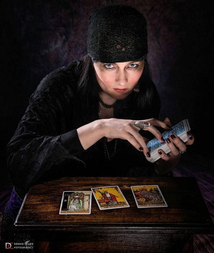 Gisteren toonde ik een foto van Heleen als zigeuner.  Zij wou een happy hippie zigeuner maar ik wou ook graag een dark and creepy zigeuner.  Dit is dus mijn versie. :-) Ik ben heel blij met het beeld ... maar ik moet toegeven dat haar versie net een tikkeltje beter is. :-) Model: Morgane La Fay Modelpage  Fotografie: Dennis Claes Fotografie www.dennisclaes.be #model #photoshoot #dark #creepy #gipsy #doom #tarrotcards #fortuneteller