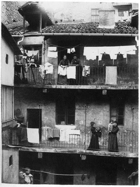 Casa di ringhiera al Quadrilatero Romano , Torino 1899