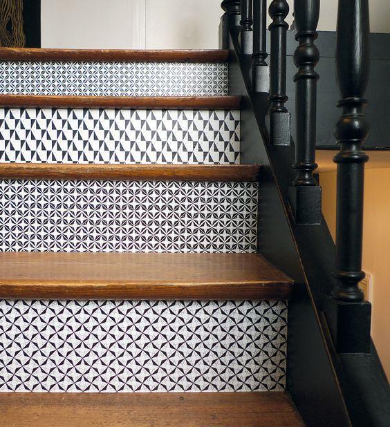 Habiller ses contremarches pour personnaliser ces escaliers grâce aux dominos adhésifs créés par Mlle Ing sa créatrice. Ambiance graphique et géométrique mais aussi originale :)