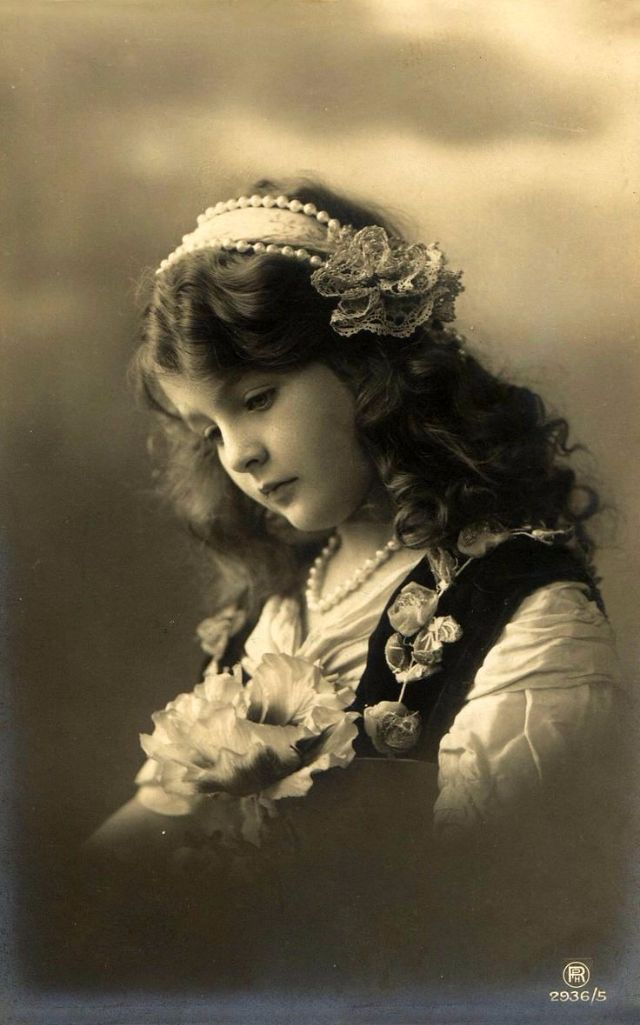 Here is a gorgeous photo collection of lovely little girl portraits taken from between the 1900s and 1910s.