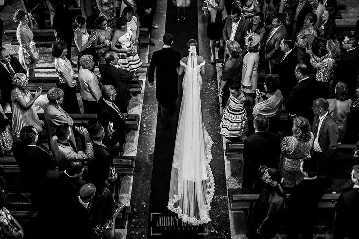 La cola del vestido de la novia vista desde el coro de la Iglesia.