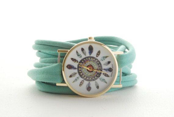 Este reloj cómodo abrigo hace 2 trabajos al mismo tiempo, cumple la tarea de un reloj pero es también una pulsera de abrigo.  El reloj es de acero inoxidable y tiene un movimiento de cuarzo que mantiene la hora exacta.  Este reloj de abrigo ofrece una forma simple para hacer una declaración o para cubrir un tatuaje muñeca pequeña. Esta pulsera envolver alrededor de su muñeca está hecho de un tejido elástico que se ajusta más las muñecas.  La cara del reloj diámetro: 1,45(3.7 cm)  El reloj…