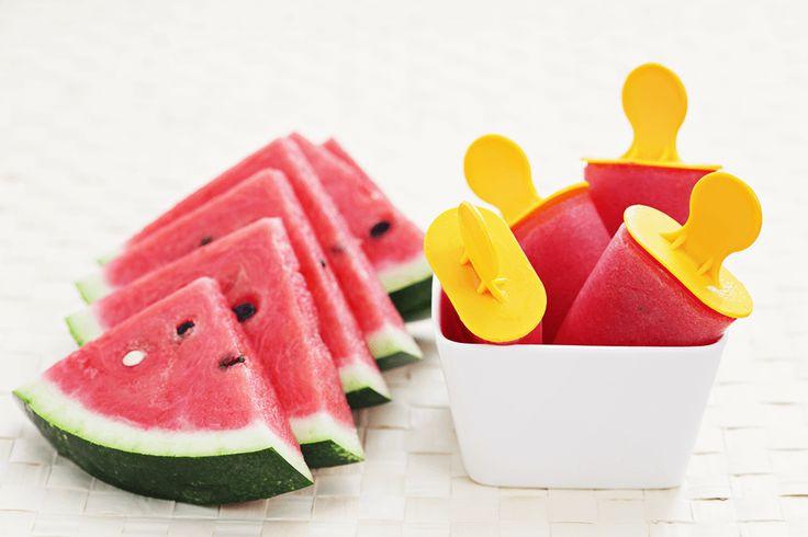 Niks is lekkerder dan een heerlijk verkoelend ijsje op een hete zomerdag. En wist je datijs ook gezond kanzijn? Ik heb dit keer namelijk watermeloen gebruikt, wat voor ongeveer 90% uit water bestaat.No hard feelings bij het eten van dit ijsje dus!