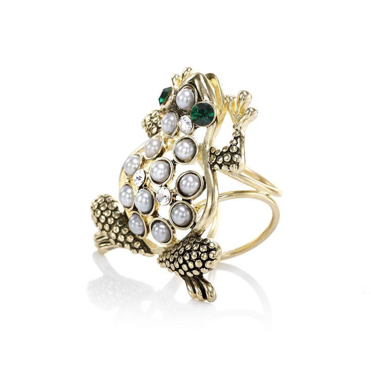 Módny prsteň na hodvábnu šatku alebo šál s motívom zvieraťa. Ozdoba nesie dekoráciu roztomilej žaby, ktorej telo je posiate perlami a oči sú vyrobené zo zeleného brúseného skla. Celá ozdoba obsahuje trio krúžkov, slúžiace na prevlečenie hodvábnej šatky alebo šálu. Prstenec je druh spony na šatky, ktorý obsahuje trojitý krúžok na prevliakanie šatiek a šálov. Skúste byť originálna a ozdobne si svoju hodvábnu šatku alebo hodvábny šál. www.mariejean.eu