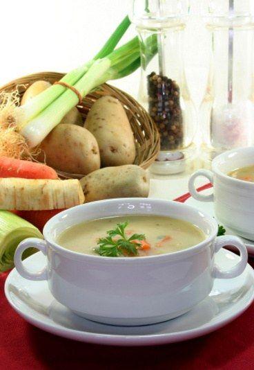 Barszcz biały wielkanocny w wersji light - Przepisy wielkanocne lekkostrawne - Barszcz biały to obowiązkowa zupa na wielkanocnym stole. Swój wyborny smak zawdzięcza mięsnemu wywarowi, na którym jest przygotowywana. Niestety kiełbasa, boczek, a do tego śmietana czynią barszcz biały dosyć kalorycznym...