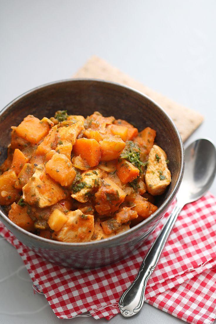 Ingredienser 600 g kylling 1 frossenpose lapskausblanding 2 fryste spinatputer 1 boks hakkede tomater 1-2 dl vann 1 ss tomatpuré 1 ss spisskummen, 2 ts paprikapulver, 1 ts oregano, salt og pepper