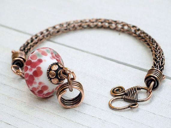 Klassisch von Hand gewebtes Kupferarmband mit großem Lampwork-Bead als fokaler Blickfang. Die Schließe ist ebenfalls handgearbeitet.  Viking Knit