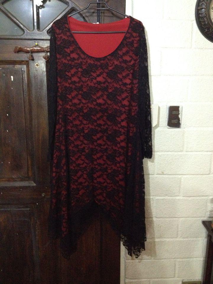 Vestido de encaje con forro rojo, a medidas.