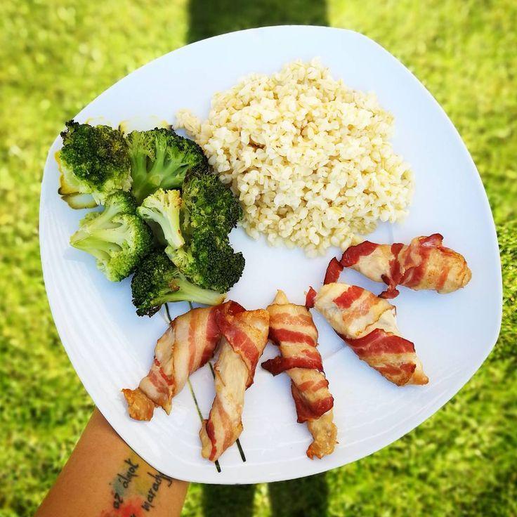"""564 kedvelés, 1 hozzászólás – Kolly (@kolly_workout) Instagram-hozzászólása: """"sütőpapíron sült baconos csirkemell, sütőpapíron sült brokkolival és bulgurral🤗 #diet #protein…"""""""