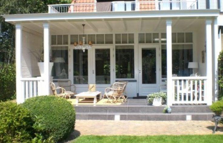 Klassieke houten veranda. Sfeer door de échte vakman!