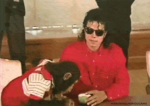 Michael fala a Bubbles o seu macaquinho de estimação em linguagem de sinais para ele se sentar e parar de roubar goles de seu chá eh eh eh