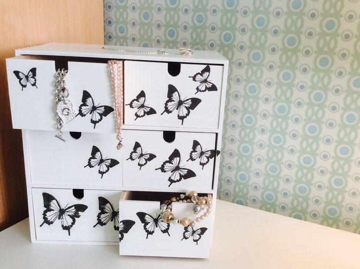 Ikean vanerinen laatikosto koki muodonmuutoksen maalin ja servettien avustuksella. Nyt on koruille asiallinen paikka