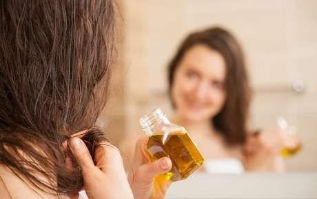 Mulher hidratando o cabelo com óleos naturais em 2020 | Cabelo hidratado, Tintura cabelos, Escurecer o cabelo naturalmente