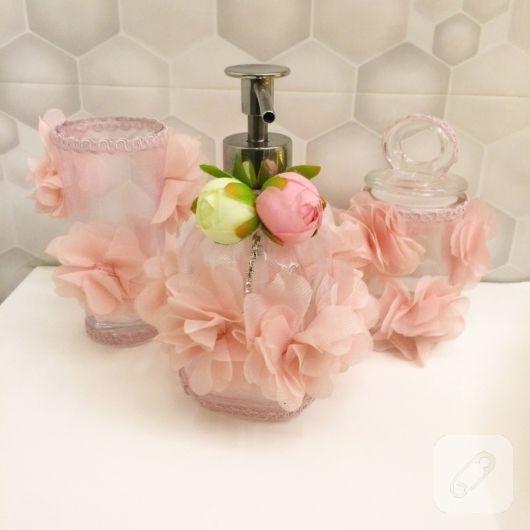 Çeyizlik banyo setleri, renkli yapma çiçeklerle süslü sabunluklar, kolonya şişeleri, şık havlular ve dekoratif kutulardan oluşuyor. hediyelik olarak ya da gelin adaylarının...