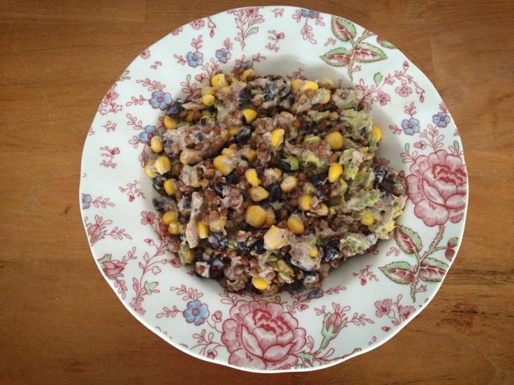 Salade van linzen, zwarte bonen, maïs, tonijn, avocado, mayonaise, sesamzaad en chiazaad.