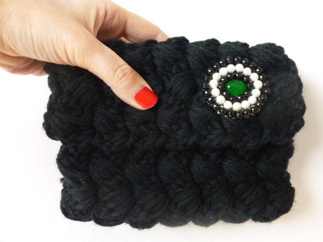 Pochette nera lavorata all'uncinetto. Borsetta elegante da sera in lana. Borsa a mano in maglia.Inserto con perle bianche e pietre nere. : Borsette di filinfilando