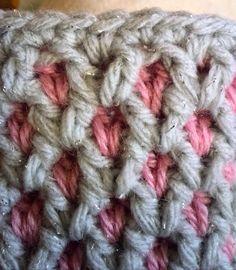 編み地が2重になったカギ針で編む、ハンドウォーマーの編み方を写真付きで解説しているページです。 男性用、女性用があります。