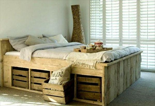 bett aus paletten in einem schlafzimmer dream home. Black Bedroom Furniture Sets. Home Design Ideas