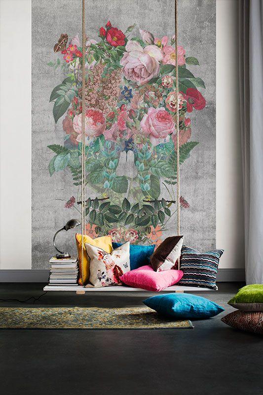 Lager på lager av vackra naturmotiv bildar en romantisk och dekorativ dödskalle. Ett oväntat mönster som skapar stämningsfulla rum.