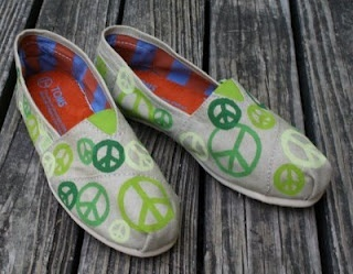 Cute! Peace signs!Painting Tom, Signs Tom, Clothing, Tom Shoes, Peace Signs, Peace B, Peace Out, Green Peace, Girls Hair