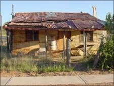 Coopers Cottage is an authentic abode of the early miner, built in 1916. Its historical setting embraces the living conditions of the mining pioneer. #opal #miners