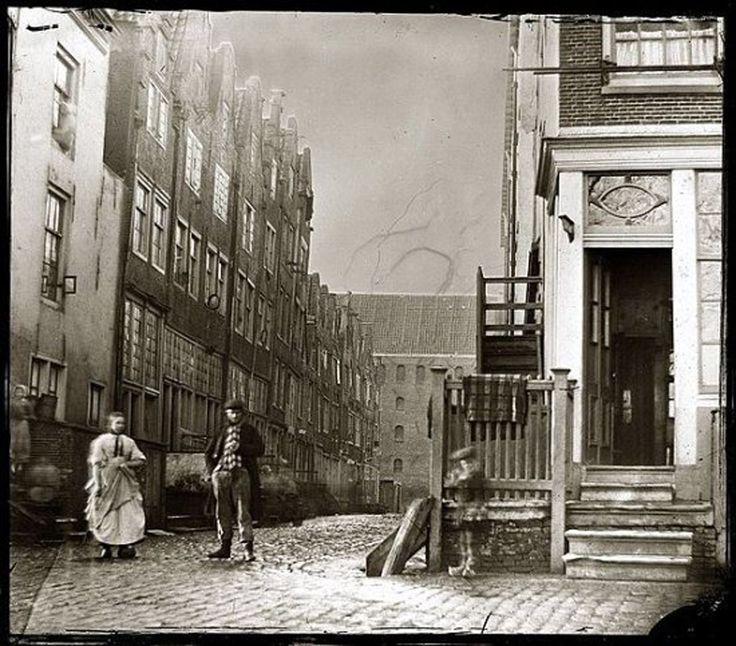 Amsterdam, Zandhoek 8 (rechts), gezien naar de Taanstraat 1-19 (v.l.n.r.) en kruising Taandwarsstraat. Foto uit 1862