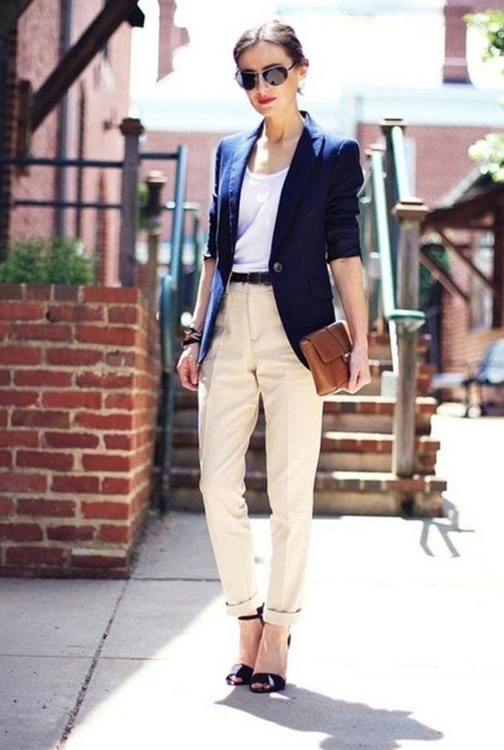 Conjunto americana azul, camiseta blanca, pantalones beis, tacones negros y bandolera marrón