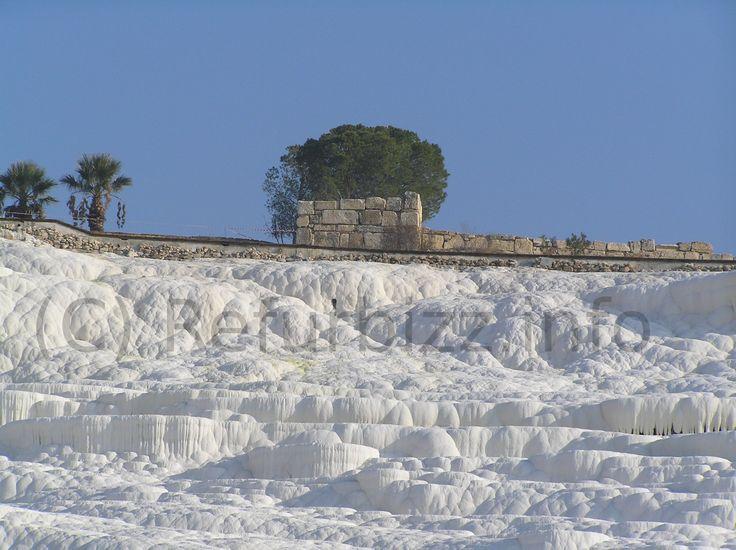 Pamukkale, een aanrader in Turkije. Warm kalkhoudend water heeft een fantastisch landschap gecreëerd van kalkafzettingen. Op loopafstand ligt de oudheidkundige stad Hierapolis.