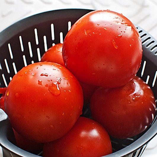 Aunque no estemos acostumbrados a pensar en el tomate como en una fruta, de hecho lo es y por ello admite una preparación típica de las frutas, la mermelada de tomate. Dentro de nuestra serie de salsas y condimentos básicos (de las que con tomate ya hemos visto el ketchup y el coulis, por ejemplo), …