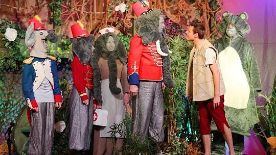 """Fantasievolle Kostüme: Mowgli, Balu und Co. erleben spannende Abenteuer. Die Bühne '78 erntet viel Applaus für ihre Adaption des """"Dschungelbuchs""""."""