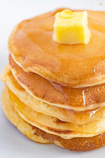 ホットケーキミックスを使わずに作るふんわり軽い食感のパンケーキです。バターとたっぷりのはちみつやメープルシロップをかけてお召し上がりください!