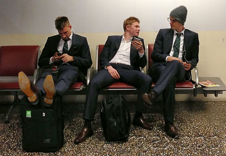 ©Peter Steffen/DPA/MAXPPP ; Wolfburg's Nicklas Bendtner (l-r), Kevin De Bruyne and Timm Klose are waiting for their luggage at the airport of Milan, Italy, 18 March 2015. VfL Wolfsburg will face Inter Milan in the UEFA Europa League round of 16 second leg soccer match on 19 March at Giuseppe Meazza stadium in Milan