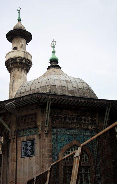 Hobyar Câmi; Hoca Hobyar tarafından 1473 senesinde yaptırılmıştır. Fakat zamanla tahrîp olmuş ve büyük postâne'nin inşâsı döneminde Mi'mâr Vedad Bey tarafından yeni baştan inşâ edilmiştir. Tek kubbeli olan câmi' dönemin en güzel çinileri ile süslüdür. Vakıf tahrîr defterinde Hoca Hobyar'ın 1477 senesinde tasdîk edilen vakfiyesinde toplam 2300 akçelik gelirinin bu mescidle Cerrahpaşa'da bulunan ikinci mescidine bırakmış olduğu görülmektedir. İmamlara 60 akçe, müezzinlere 40 akçe aylık tahsîs…