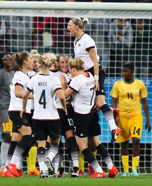 Olympia in Rio ist noch nicht offiziell eröffnet - doch die ersten Spiele sind schon vorbei: Im Frauenfußball hat das deutsche Team Simbabwe 6:1 geschlagen. Bei Kanada gegen Australien gab es zwei Rekorde.