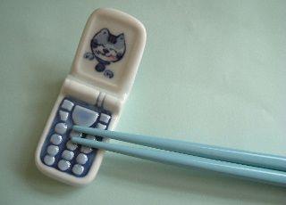 Cellphone chopstick rest. Found on a Russian blog.