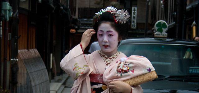 El maquillaje de geishas y maikos es, además del largo y sorprendente kimono de seda, característica visual de las maikos y las geishas, otro de los elementos