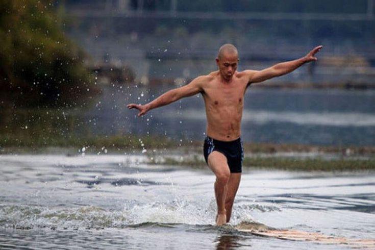 Монах Ши Лилианг из храма Южный Шаолинь пробежал 125 метров по воде!