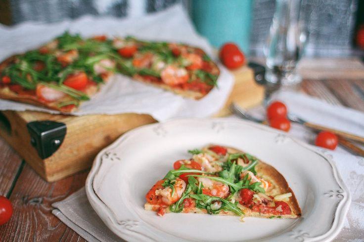 Диетическая пицца с тигровыми креветками, рукколой и моцареллой Для основы из теста: Овсяные хлопья: 4 ст.л. Мука рисовая: 4 ст.л. Яйцо: 2 шт. Йогурт 0% натуральный: 4 ст.л. Орегано: 2 ч.л. Базилик: 2 ч.л. Смесь итальянских трав (у меня в мельнице): по вкусу Соль: по вкусу Сахзам: по вкусу (у меня 1 пакетик ФитПарад) ................