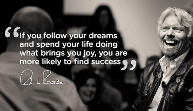 Richard Branson souriant avec une citation de lui lors de la HR Tech
