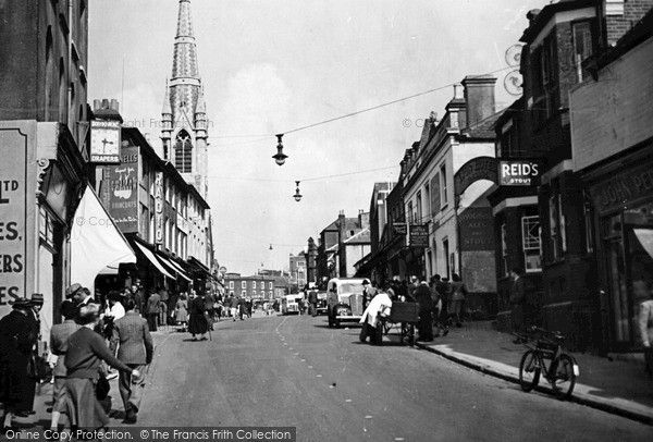 The Little White Lion (right), North Street, Guildford, c.1955.  A little way further up were the Vintners Arms and the Lion & Crown.