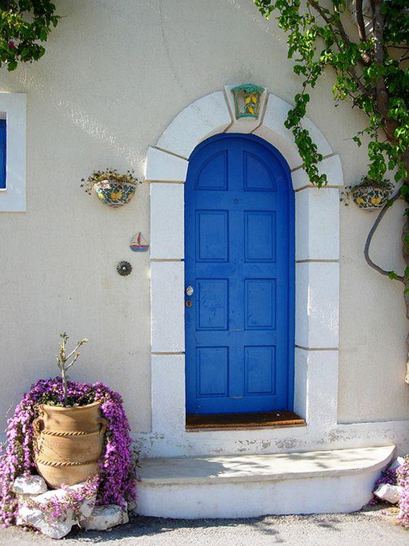 Portas antigas e coloridas lembram o México do século 19.