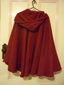 I love capes and this one from a blanket seems almost doable except for the hood. (I am not really a sewer!) Maybe I could adapt it?